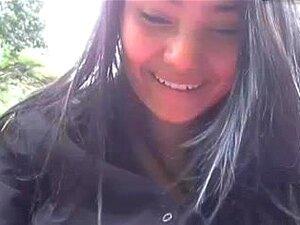 chica colombiana en parque