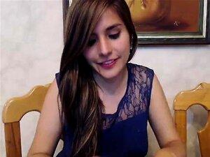 Encantadora niña con una bonita sonrisa destella