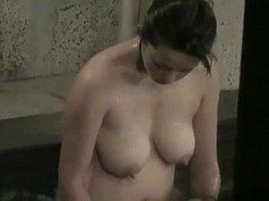 chica baño abierto con hermosas tetas