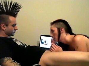 Chico punk mohawk y de nariz de Toro