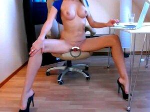 linda chica rubia se masturba desnuda en la