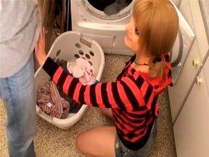 Blonde Stiefmutter Waschküche