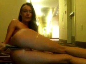 Teen babe se masturba en el pasillo