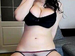 Sexy chica morena en solitario con delicioso coño