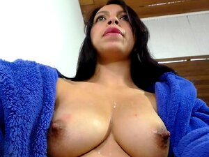 Rubia MILF Emma Starr muestra apagado su piercing