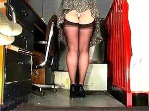 Office Angel revela sus medias de nylon calientes