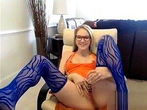 Sexy Nena frota apretado coño en la