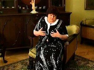 Gran gorda en vestido negro hace striptease