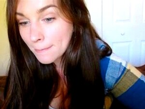 Linda de ojos azules mostrando sus tetas