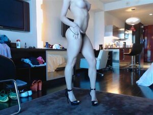 Webcam rubia diosa 20 - vestido negro y