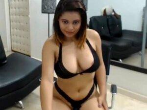Super chica de bikini negro ropa interior